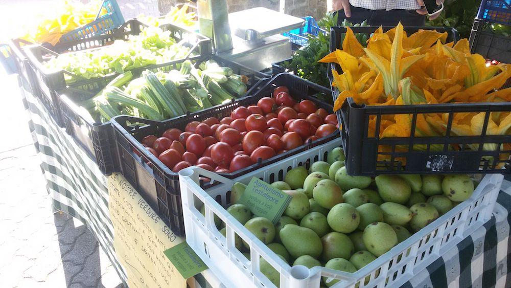 mercato banco ortaggi prodotti da Agriturismo Testalepre